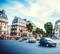 Paříž pokrývá silnice a řeší hluk z tepla a dopravy